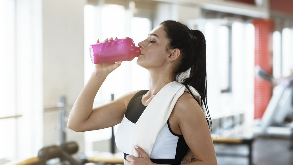 Frau trinkt Shake nach Sport